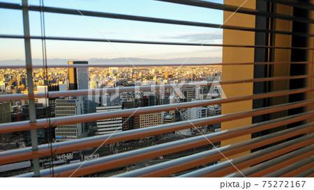 オフィスビルの窓から見えるビル群 75272167