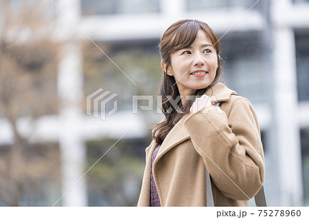 コートの若い女性 75278960
