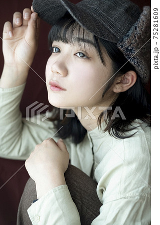 帽子をかぶった女性のポートレート 75281609