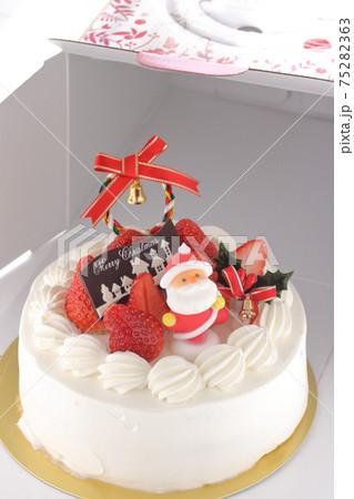 ケーキ箱から出したクリスマスケーキ 75282363