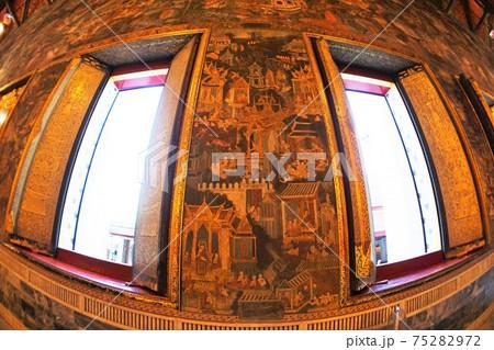 タイ・バンコクの観光地、三大寺院ワット・ポーの涅槃像のある建物内から撮影した壁 75282972