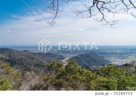 大平山から晃石山への登山道から見た景色(左遠景に筑波山)(大平山・晃石山ハイキングコース) 75284755