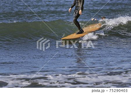 【強風吹き荒れる春の嵐の中のサーフィン】 75290403