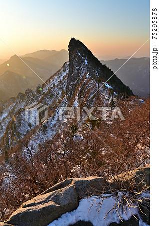 西日本最高峰の四国の霊山「石鎚山」の朝焼け 75295378