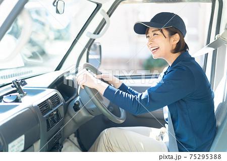 可愛い配送スタッフの女性 75295388