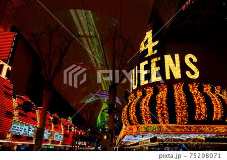 ラスベガス ダウンタウンのカジノ夜景 75298071