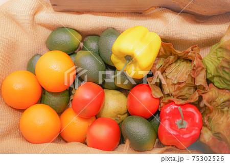 バスケットに入れられた色とりどりの野菜とフルーツ 75302526