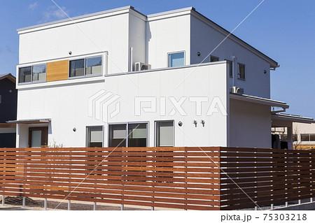 新築住宅 白い外壁とウッドフェンスのある家 75303218