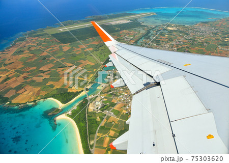 飛行機の窓から眺める伊良部島と下地島の絶景 75303620
