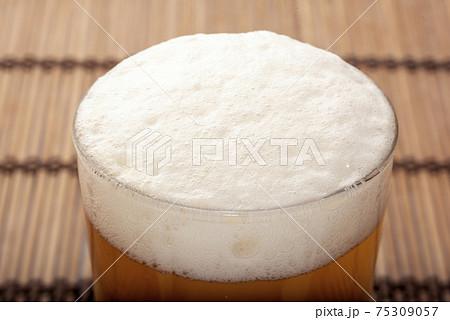 今すぐ飲みたい! ビールのふわふわ泡 75309057