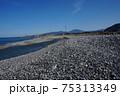 海と山に囲まれた新潟県糸魚川市の海岸 日本海 75313349