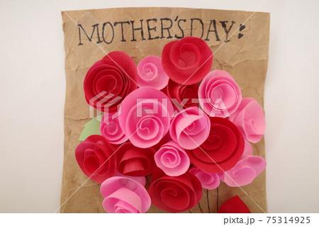 赤とピンクの紙で作られた花が飾られた手作りの母の日のカード 75314925