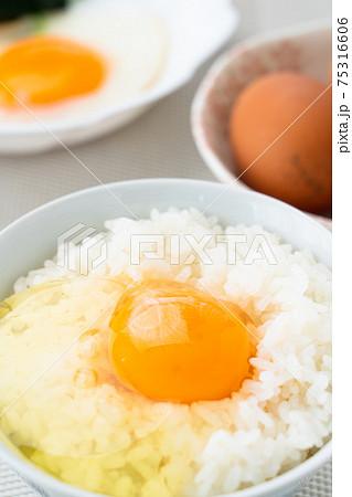 朝の食卓 卵かけご飯 75316606