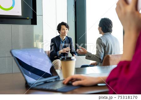 カフェで談笑するビジネスパーソン 75318170