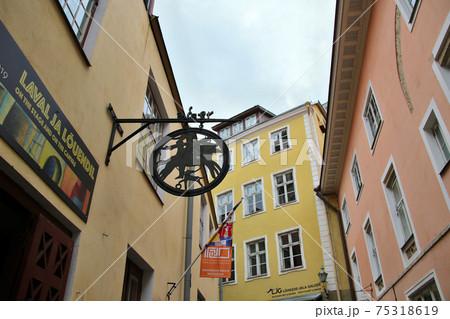 エストニアの首都タリン 旧市街の建物の飾り物 75318619