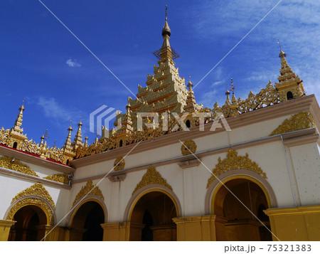 ミャンマーのマンダレーで最も有名なマハムニ寺の本堂 75321383