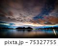 夜の湖と雲と星空 75327755