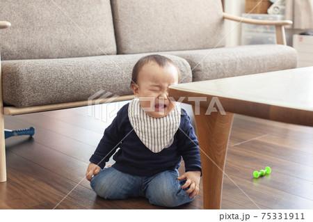 テーブルの角に頭をぶつけた赤ちゃん 75331911