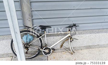 路上に打ち捨てられた壊れた自転車 75333139