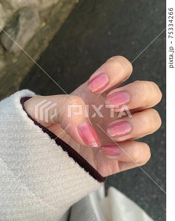ピンクベースのラメフレンチネイル 75334266