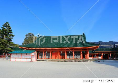 【京都府】快晴下の平安神宮 神楽殿 75340551