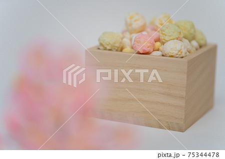 木製の桝に入ったカラフルな雛あられと桜 75344478