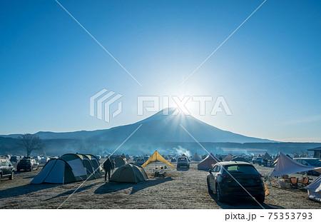 「静岡県」富士山からの日の出をキャンプ場から眺める 75353793