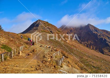 秋の栃木県那須岳の登山道から剣が峰、朝日岳方面の眺望 75358420