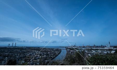 千葉県内房の高台から見た、澄み切った青空と雲の広がる東京湾 75359464