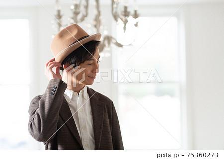 帽子をかぶる若い男性 75360273