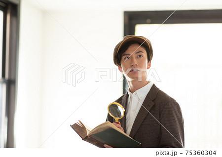 ルーペで本を読む男性 75360304