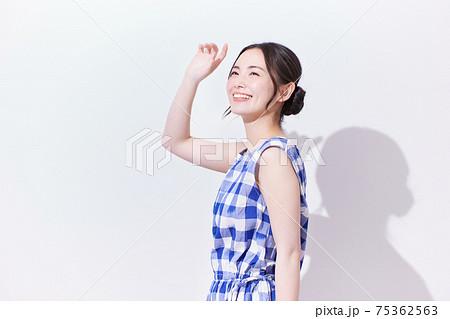 若い女性 ビューティー 夏のイメージ 75362563