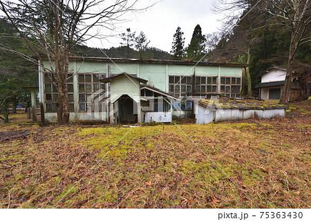 神子畑小学校の体育館 朽ちてゆく廃校の風景 75363430