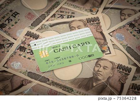 キャッシュカードと1万円札 銀行カード カードローン 預金 ICカード バンクカード 75364228