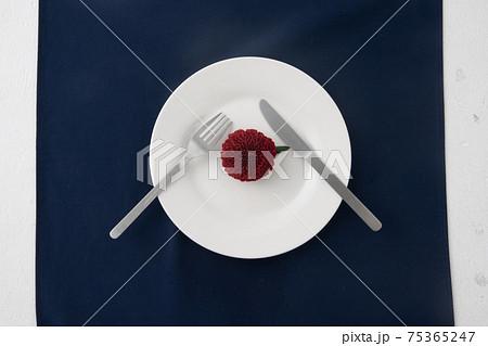 お皿の上に赤いお花にナイフとフォーク2 75365247