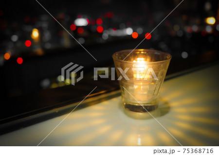 おしゃれなキャンドルと都市の夜景 75368716