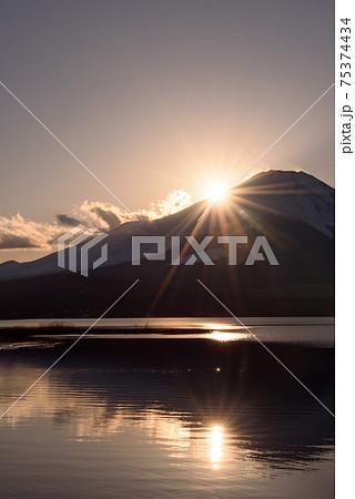 夕暮れの富士山と輝く太陽(ダブルダイヤモンド富士) 75374434