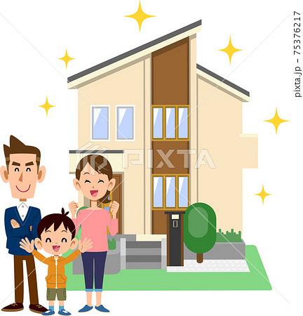 新しい住宅の前で笑顔の三人家族 75376217