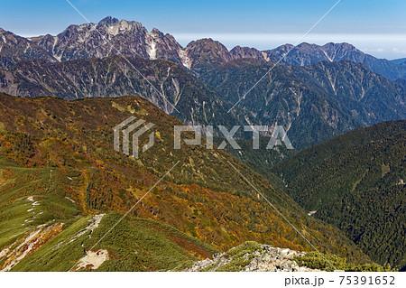 爺ヶ岳山頂から見る秋色の剣岳と毛勝三山 75391652