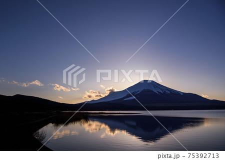 夕暮れの山中湖と富士山のシルエット 75392713