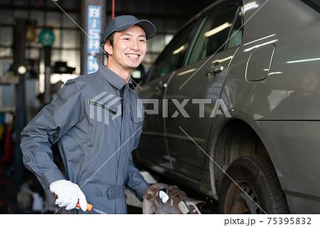 工場で働く自動車整備士 75395832