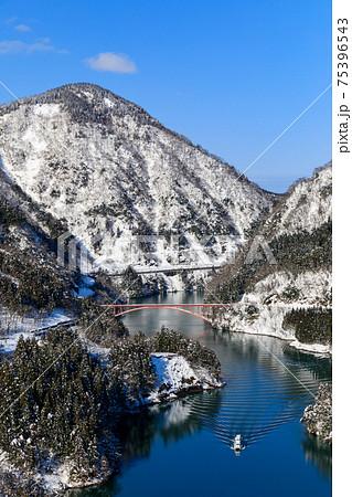 富山・南砺・冬の庄川峡と遊覧船 75396543