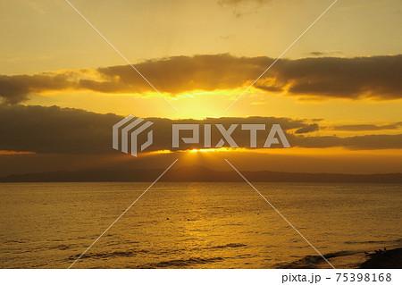 有明海と朝日と薄明光線 75398168