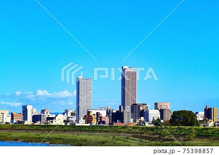 岐阜市、長良川と岐阜駅前超高層ビル群の風景 75398857