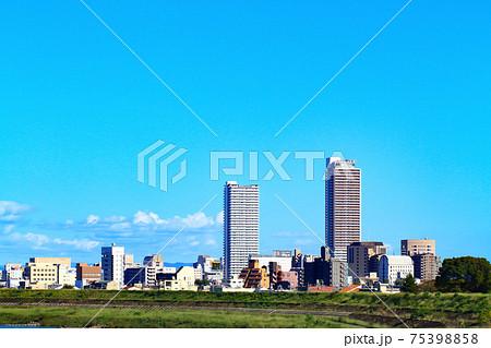 岐阜市、長良川と岐阜駅前超高層ビル群の風景 75398858