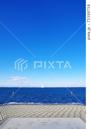 海ほたるから風の塔(換気施設)を望む 75399758