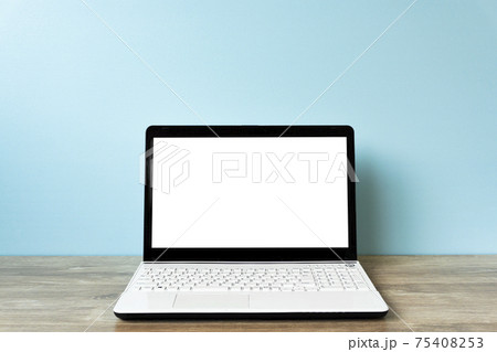 デスクのノートパソコンとブランクの画面 75408253