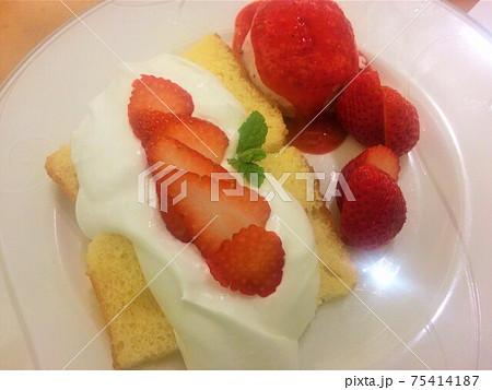 あまおう苺と生クリーム、スポンジケーキの競演 75414187