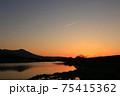 美しい夕焼けと飛行機雲 75415362