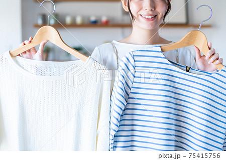 服を選ぶ若い女性 75415756